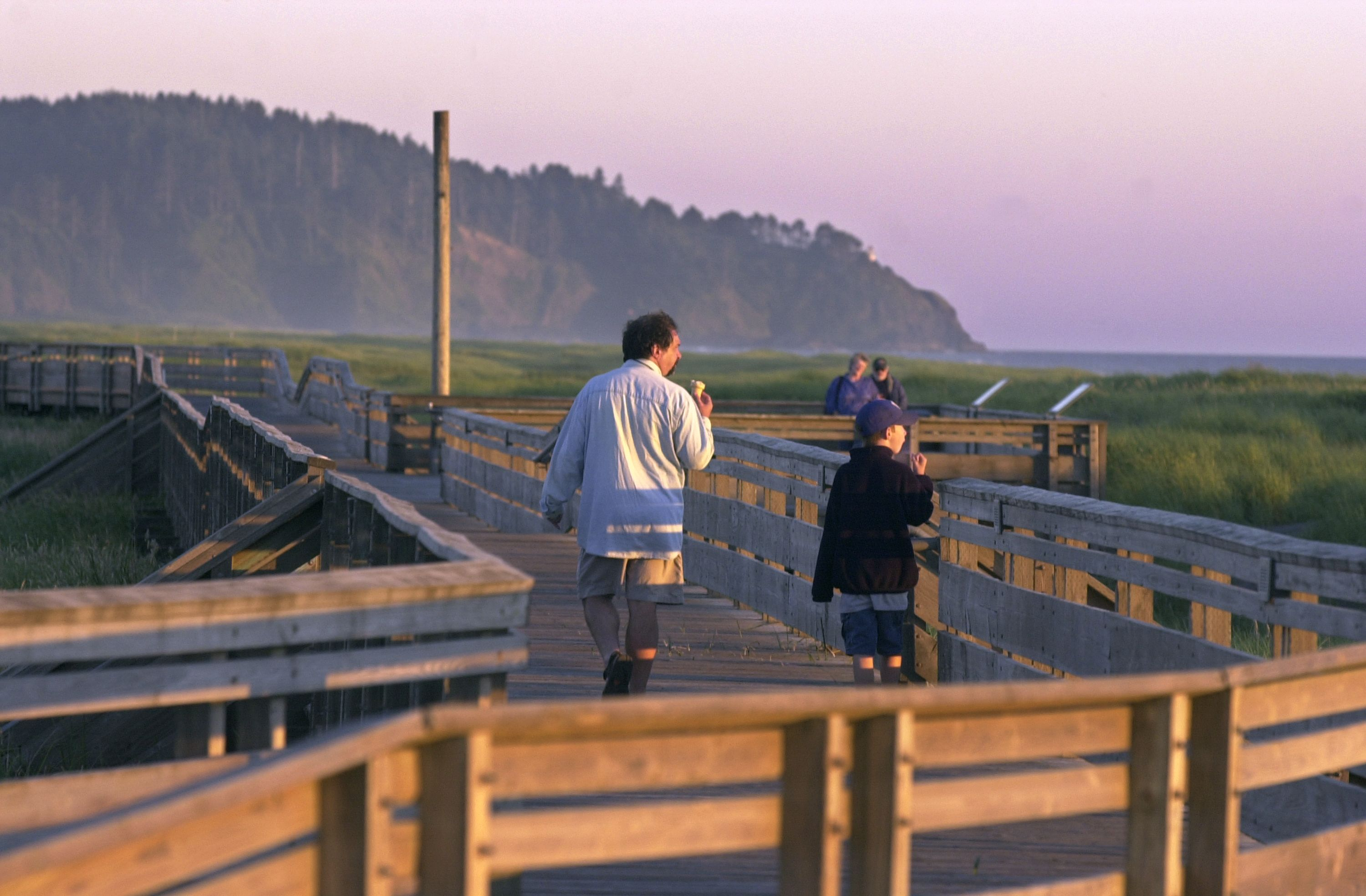 Walking on the Long Beach Boardwalk, photo courtesy of Long Beach Peninsula Visitors Bureau