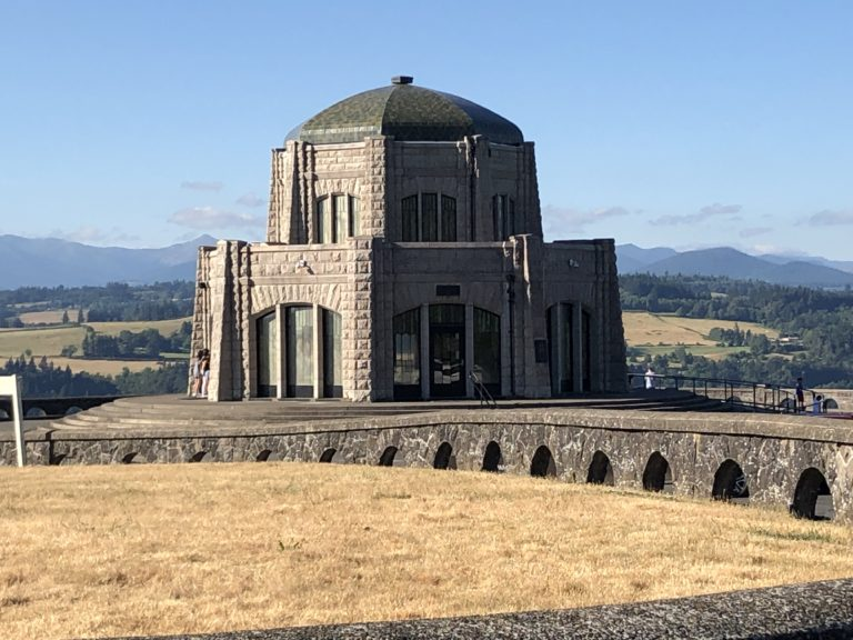 vista house at crown point view on the Columbia River